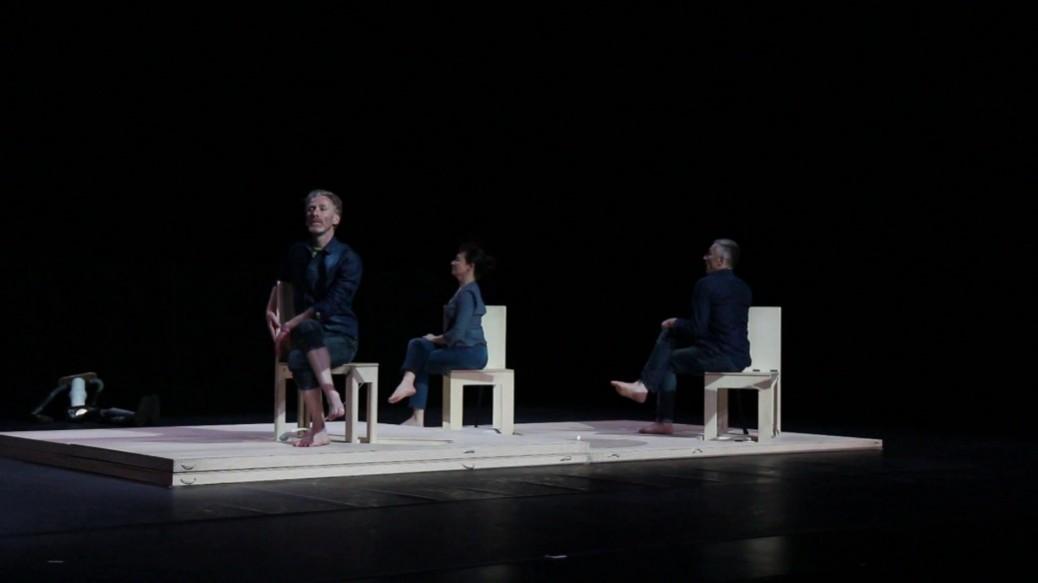3 danseurs sur des chaises sont assis