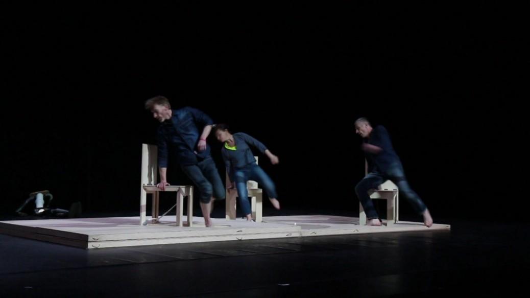 3 danseurs sur des chaises se lèvent