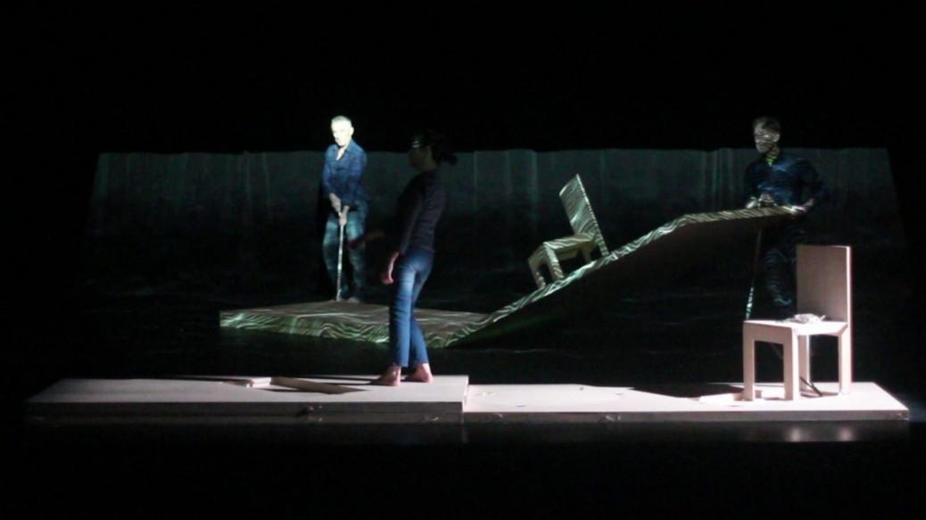 2 danseurs manipule un décor