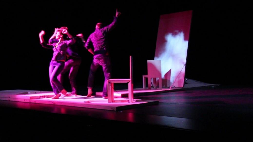 3 danseurs éclairés de rose